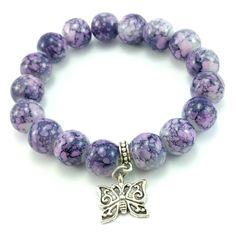 Bransoletka wykonana ręcznie zkoralików szklanychkulek fioletowych- lawndowych marmurków z zawieszką charmsmotylem.