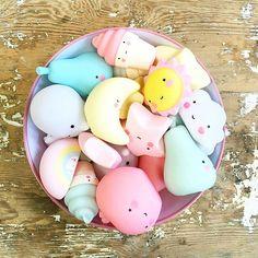 The ❤sweet❤ Little Lovely mini collection, soooo cute for playing or decorating kidsroom- shelves! #littlelovelymini #shelfie #alittlelovelycompany #minifigures  @boerneneskartel #perfectlittlexmasgift #schoenkadootje