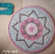 T-shirt yarn / Trapillo - Tapestry Crochet rug Diy Crochet Rug, Knit Rug, Crochet T Shirts, Tapestry Crochet, Tapestry Weaving, Crochet Home, Free Crochet, Crochet Diagram, Crochet Chart