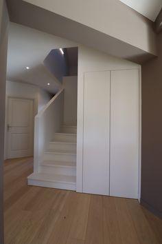 Escalier classique complètement habillé de mdf avec placard intégré  blanc parquet massif chêne Dressing, Stairs, Decoration, Home Decor, Staircase Ideas, Closet Built Ins, Kitchen Modern, Classic, Decor