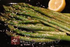 Sparanghel la tigaie cu usturoi, lamaie si parmezan Asparagus, Parmezan, Vitamins, Cooking Recipes, Vegetarian, Vegetables, Health, Food, Studs