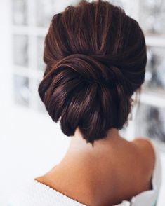 Hochsteckfrisur für lange und mittellange Haare, Dutt Frisur für besondere Anlässe, schwarzes Haar