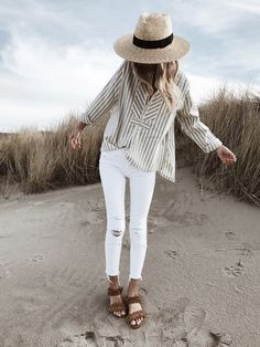 If you're wondering what to wear with white jeans on a night out, this is one of our favorite looks! #whitejeans #whitejeansoutfit #whitejeansoutfitspring #beachoutfit