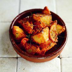 Of je nou in Madrid of Barcelona bent, het is nauwelijks denkbaar dat je een tapasbar vindt waar deze aardappeltjes níét in de een of andere vorm op de kaart staan. Ze zijn heerlijk eenvoudig gebakken met wat kruiden en een snufje zout, maar wat...