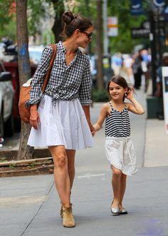 Katie Holmes and Suri Cruise. La niña es una muñequita es un icono de la moda esta en el numero 23.