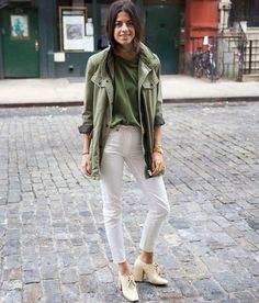 Leandra Medine, t-shirt verde militar, calça branca, oxford off white