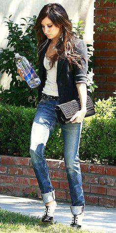 Ashley Tisdale. es un look elegante pero a la vez casual
