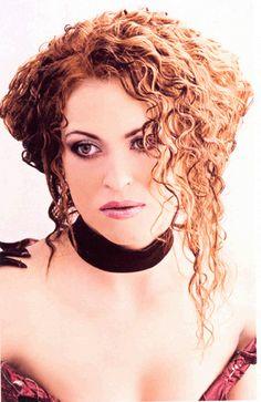 Волосы, завитые  подчеркнуто небрежно, выгодно подчеркивают индивидуальные особенности внешности  и делают неотразимой обладательницу роскошной шевелюры.