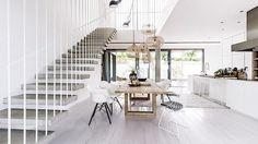 Schodiště tvoří betonové stupnice kotvené do stěny. Kuchyň tvoří srdce domu. Navazuje na schodišťovou halu, po stranách je možné vstoupit na obě terasy. Interiér sjednocuje podlaha z katrovaného kartáčovaného dubu, místy proložená betonovou stěrkou.