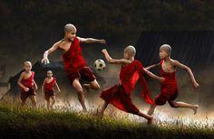 Niños jugando al fútbol en Myanmar.