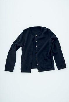 12ゲージカーディガン – short finger / CA & Co.  コンパクトなカーディガンです。ボタンを全部留めるとクルーネックセーターのように着ていただけます。前あきを比翼あきにすることで、ボタンの見えないスッキリと上品な印象になります。  ¥34,560 (税込)  #カシミヤ #cashmere #knit #ニット #カーディガン