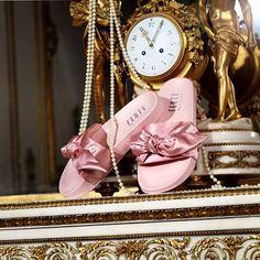 """Se você morreu de amores pelo chinelo de pelúcia criado por Rihanna (@badgalriri) para a sua collab FENTY x @PUMA, prepare para incluir mais um item na sua lista de desejos: o Bow Slide. Decorado com um laço de gigante cetim, ele chega ao no Brasil na próxima quinta-feira (09.03). """"É como se a Maria Antonieta fosse para a academia"""", explica a cantora. Saiba mais clicando no link da bio. #fentyxpuma #rihanna"""