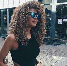 Capelli ricci, 5 consigli per prendersene cura durante le vacanze al mare ,       Se avete i capelli ricci è molto probabile che sappiate molto bene quanto sia difficile gestirli. E sappiate altresì molto bene qu...