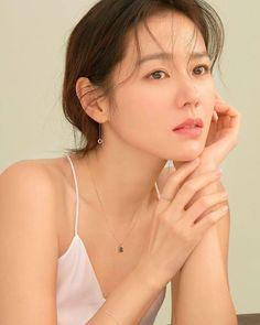 What is korean skin care routine? Why is korean skin care so popular? Korean beauty is a bit more than merely ten steps and sheet face masks. Beautiful Girl Image, Beautiful Asian Girls, Korean Beauty, Asian Beauty, Professional Headshots Women, Kim Min Hee, Asian Models Female, Korean Actresses, Korean Celebrities