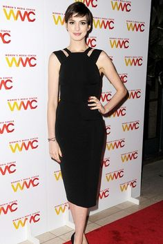 November 13 2012 Anne Hathaway wore Victoria Beckham black dress with black Casadei shoes to attend New York's Women's Media Center Media Awards. Garance, High Fashion Dresses, Evening Shoes, Anne Hathaway, Fashion Group, Red Carpet Fashion, Victoria Beckham, Style Icons, Nice Dresses