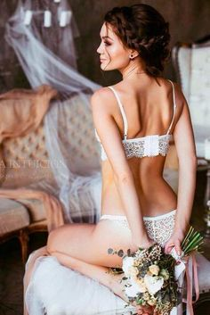 42 hot ideas of sexy wedding photos to share your passion .- 42 heiße Ideen von sexy Hochzeitsfotos, um Ihre Leidenschaftsliebe zu retten 42 hot ideas of sexy wedding photos to save your passion love - Poses Boudoir, Boudoir Wedding Photos, Wedding Pics, Wedding Hair, Wedding Ceremony, Bridal Photoshoot, Bridal Boudoir Photography, Bridal Hairdo, Budget Wedding