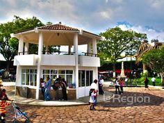 """Kiosko del Jardín de La Constitución o Jardín de las Flores, también llamado popularmente Jardín """"chiquito"""" en Zitácuaro, Michoacán, México."""