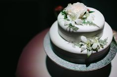 Classic 2-tier wedding cake incorporating fresh Singapore orchids, fine fern and ivy | Bouquet Melbourne