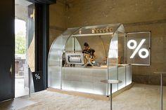 Eine winzige Kaffee-Kabine für eine Kunstausstellung im japanischen Kyōto