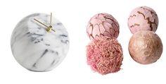 Na foto (zleva): Stolní hodiny Ball jsou z pravého mramoru a kombinované mosazí stojí 3090 Kč. Vtipné růžové dekorace Somlig můžete jakkoli aranžovat. Cena je 129 Kč/4 kusy; BoConcept, Ikea