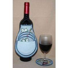 You can complete the apron in one hooping only! The coasters fit in the apron`s pocket - no more goodies lying around and what a lovely gift... Embroidery Software, Wine Decanter, Red Wine, Wine Coaster, Pattern Design, Alcoholic Drinks, Apron, Coasters, Bottle