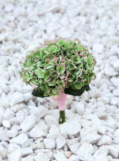 LUCIASECASA.- hortensia verde verena en forma de ramo de novia.