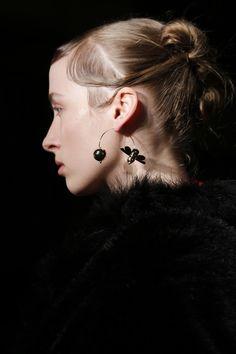 Inspiration coiffure : le chignon chic de Simone Rocha