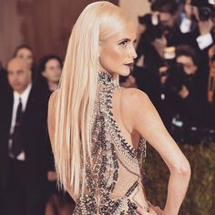 com - women trends Marchesa Fashion, Poppy Delevingne, Hairstyles For School, Celebrity Hairstyles, Red Carpet, Curly Hair Styles, Actresses, Poses, Thin Hair