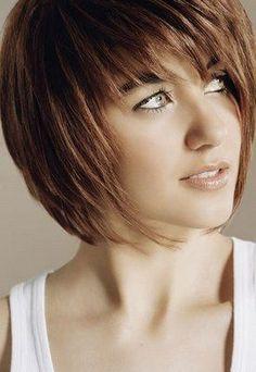 Un taglio corto adatto davvero a tutti i tipi di viso e di capello è il classico caschetto sfilato. Si tratta di un taglio che può essere accompagnato da una frangia corta o lunga.