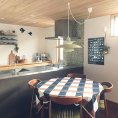 『板張り天井の部屋』床や壁だけでなく天井を板張りにするという選択肢も。1万枚以上の板張りの部屋実例を参考にしてください Photo:leaf(RoomNo.341948) ▶︎この部屋のインテリアはRoomClipのアプリからご覧いただけます。アプリはプロフィール欄から #RoomClip#interior#interiordesign#decoration#homedecor#interiors#myhome#decorations#livingroom#instahome#homedesign#homestyle#interiordecor#homedecoration#homestyling#homeinterior#インテリア#家#マイホーム#模様替え#くらし#日常#日々#暮し#リビング#北欧インテリア#ヴィンテージクロス#ルイスポールセン#ダイニング#北欧雑貨 Deco Table, Lamp Light, Interior, Kitchen, Room, Furniture, Home Decor, Lightning, Lily