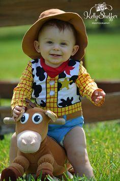 woody, toy story, bulls eye, Disney, park, outdoor photography, boy, child, 6 month shoot, milestones,