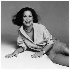Actress Mary Tyler Moore, wearing cuffed khaki shorts and a crepe de chine shirt by Calvin Klein 1975 Francesco Scavullo Francesco Scavullo, Khaki Shorts, Vintage Hollywood, Classic Hollywood, Vintage Tv, Mary Tyler Moore Show, Beverly Johnson, Linda Evangelista, Celebrity Portraits