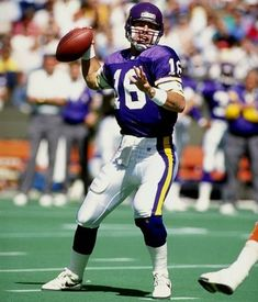 Rich Gannon with Vikings) Minnesota Vikings Football, Equipo Minnesota Vikings, Nfl Photos, Sports Photos, Football Fans, Football Helmets, Rich Gannon, Sports Illustrated Kids, Vikings Cheerleaders