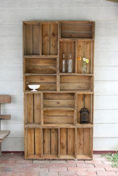 armoire avec des caisses en bois a vin