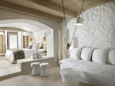 décoration grecque, plafond avec poutres en bois, lampes suspendues, canapé blanc