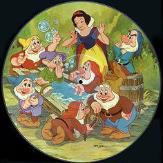 Admirar el espectacular material gráfico de los discos de Disney. | 17 Cosas que solo los que crecieron con Disney en los 80 entenderán Arte Disney, Disney Love, Beautiful Profile Pictures, Snow White Characters, Snow White 1937, Disney Collage, Snow White Birthday, Snow White Disney, Looney Tunes Cartoons