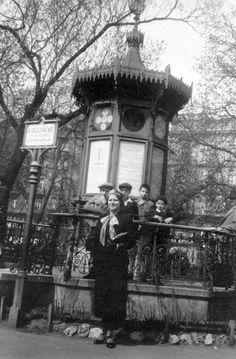 1932. Erzsébet téri időjelző házikó. Old Photos, Vintage Photos, Budapest Hungary, Retro, Austria, Nostalgia, The Past, Culture, History