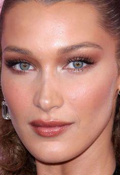 eye makeup with red lipstick natural & eye makeup with red lipstick Red Lipstick Makeup, Blue Makeup, Skin Makeup, Makeup Trends, Makeup Inspo, Makeup Inspiration, Natural Glowy Makeup, Natural Lipstick, Natural Beauty