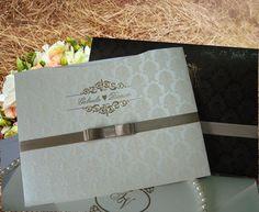 envelope: papel aspen 250 com relevo e metalizado monograma dos noivos  convite: papel aspen 250gr com impressão em relevo e metalizado  acabamento: laço chanel duplo  tags com nome de convidados, individuais da festa cortesia.