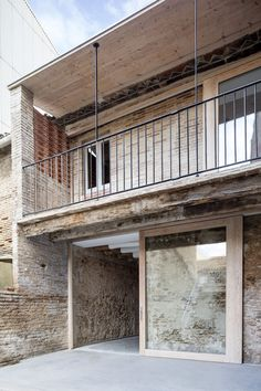 Reform of a House Between Walls is a minimalist interior design project located in Barcelona, Spain, designed by DATAAE. Renovation Facade, Architecture Renovation, Reforma Exterior, Architecture Résidentielle, Interior Design Colleges, Village Houses, Minimalist Interior, House Design, Home Decor