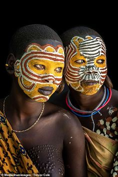Suffering for beauty: Stunning images of the Suri tribe who stretch their mouths using clay plates Tribal Women, Tribal People, African Tribes, African Art, African Face Paint, Tribal Face Paints, Ethiopian Tribes, African Culture, People Of The World