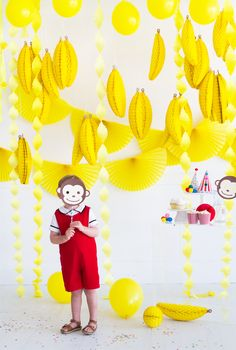 3 awesome ideas for a banana-filled Curious George party! (Curious George is now streaming only on Hulu. Birthday Party For Teens, Baby Girl Birthday, Birthday Party Themes, Curious George Party, Curious George Birthday, Fashion Kids, Banana Party, Safari Party, Party Time