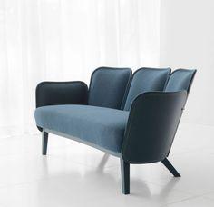 """Für ihr Sofa """"Julius"""" entwickelten Frederik Färg und Emma Marga Blanche eine neue Technik: Beim """"Wood Tayloring"""" wird der Stoff direkt auf das Holz genäht. (Foto: Gärsnäs)"""