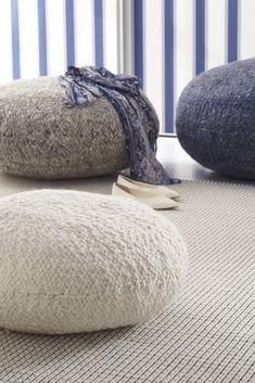 Kézi szövésű gyapjúszőnyegeink új-zélandi gyapjúból készültek és a kollekciók sokszínűségének köszönhetően otthonunk szinte bármely helyiségébe beilleszthetőek. Throw Pillows, Chair, Bed, Modern, Furniture, Home Decor, Toss Pillows, Trendy Tree, Decoration Home