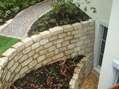 Gartenmauer mit Pflanzfläche