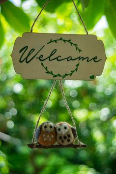 owl lovers welcome board~ handmade with needle felting technique. the welcome board is hand painted on wood length: cm width: cm if you have any questions please write me~ Welcome, Owls, Christmas Ornaments, Holiday Decor, Unique Jewelry, Handmade Gifts, Etsy, Kid Craft Gifts, Christmas Jewelry
