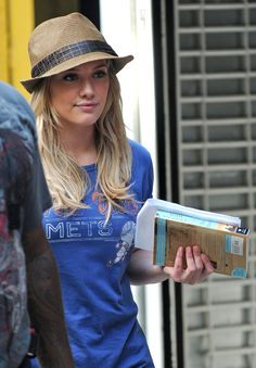 Hilary Duff - Hilary Duff and Blake Lively On the Set of 'Gossip Girl' Hilary Duff, Woman Reading, Reading People, Celebrities Reading, How To Read People, Celebrity Stars, Book Challenge, Library Art, Library Ideas