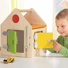 LA CASA DE LAS CERRADURAS - DV831 - Las 4 puertas de esta casa se cierran cada una con una cerradura diferente. Es un excelente juego para desarrollar el aprendizaje de gestos finos de la vida cotidiana para niños con discapacidad intelectual o con Síndrome de Down.