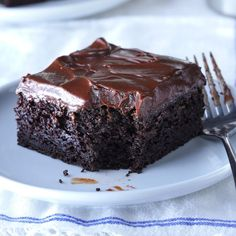 5 star Sue's Chocolate Zucchini Cake Recipe -Our family absolutely loves zucchini, especially when we grow it ourselves. We've found many ways to use it, including this spiced cake that's super moist and chocolaty good. Köstliche Desserts, Delicious Desserts, Dessert Recipes, Coctails Recipes, Baking Recipes, Fudge Frosting, Chocolate Frosting, Zuchinni Chocolate Cake, Chocolate Chips