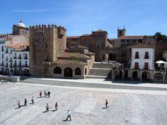 El origen de esta plaza se encuentra en el siglo XII y en la feria anual que se celebraba en ella y que la convirtió en lugar habitual de actividades comerciales. Uno de sus edificios más emblemáticos es la torre de Bujaco, que formaba parte de la antigua muralla almohade y se ha convertido en todo un símbolo de la ciudad. Otros edificios importantes de esta plaza, que destaca por su amplitud, es el Ayuntamiento, del siglo XIX, y la ermita de la Paz, del siglo XVIII. Si visitamos Cáceres, no…